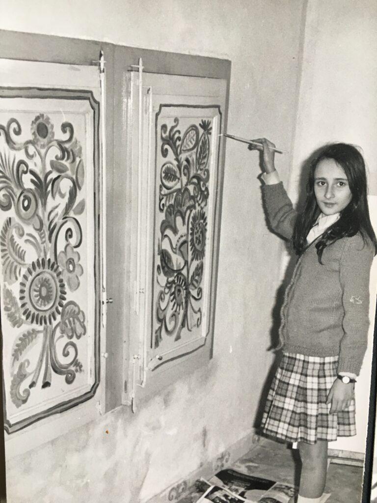 Susanna de Simone che dipinge con il padre le finestre di casa di Cefalù