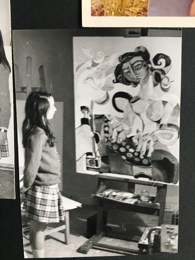 """Susanna de Simone nello studio del padre Giovanni de Simone quadro """"La Dattilografa"""""""